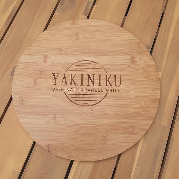 Dit is een bamboe houten plaat die je meegeleverd krijgt als je een Yakiniku aanschaft. Dit voorkomt dat je tafel te heet wordt.