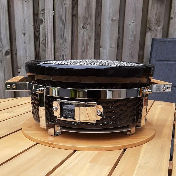 Een Yakiniku heeft net als een 'gewone' barbecue, ook een ontluchtings mogelijkheid. Hiermee regel je hoe hard hij brand en dat is wel fijn, want niemand wil natuurlijk verbrand vlees/vis op zijn bord.