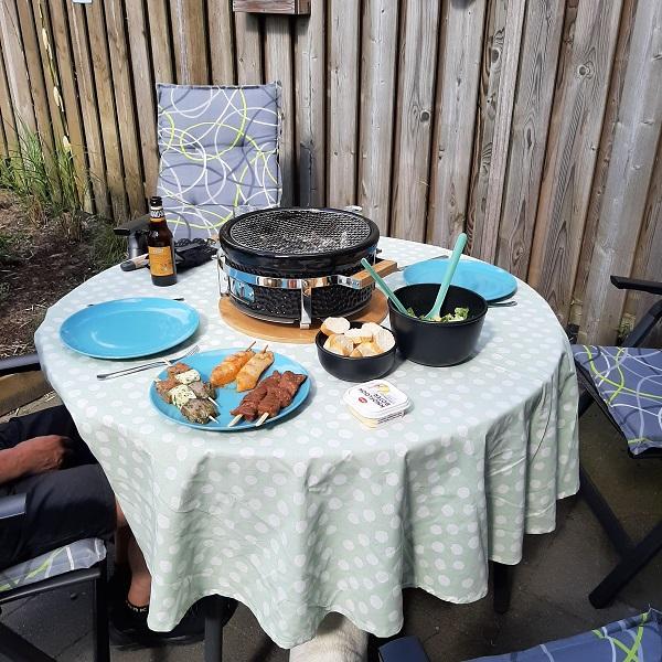 De tafel staat helemaal klaar en de eerste keer hebben wij hem met z'n tweetjes gebruikt. Lekker wat  spiesen met vlees en vis, een lekkere salade erbij en natuurlijk stokbrood met heerlijke knoflookboter. Daar zijn wij dol op. Het vlees kopen wij altijd bij een boerderij slager, dus verser en lekkerder kun je het niet hebben!