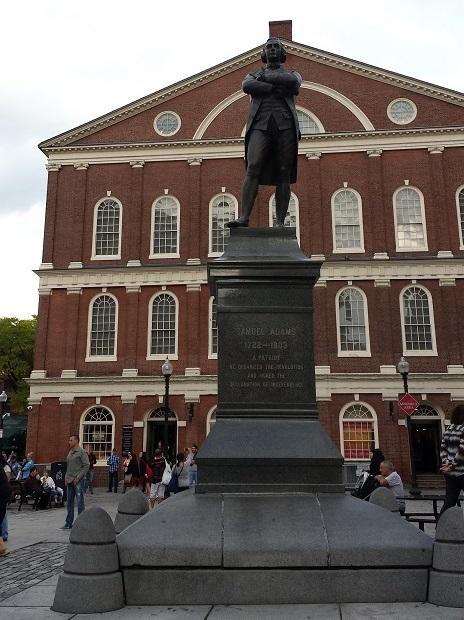 Faneuil Hall, met standbeeld Samuel Adams