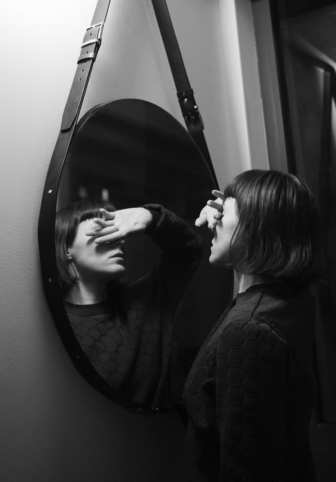 Wie is Alice aan de andere kant van de spiegel?