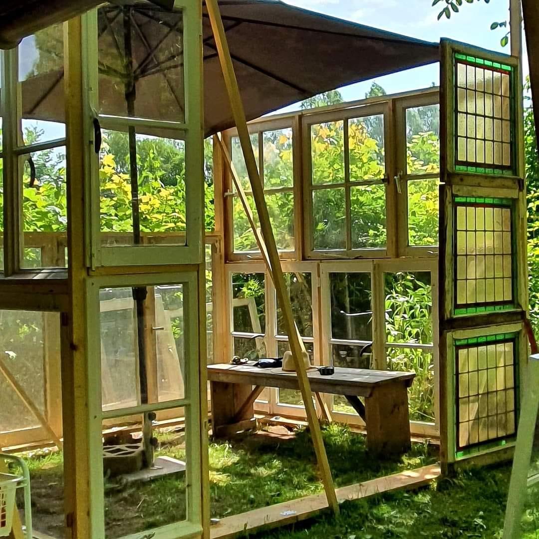 Eigen moestuinkas van oude ramen